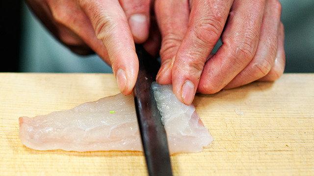 Die Hand am Sushi