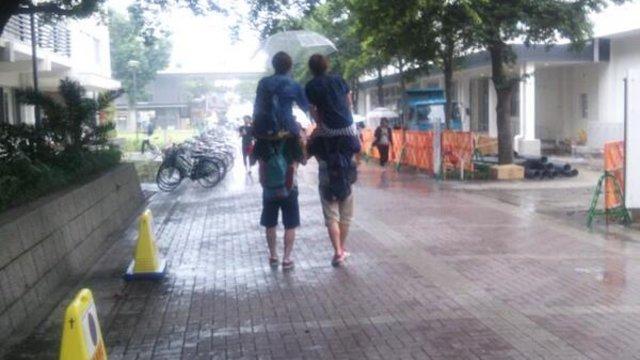 Ein kleiner Regenschirm für vier Personen