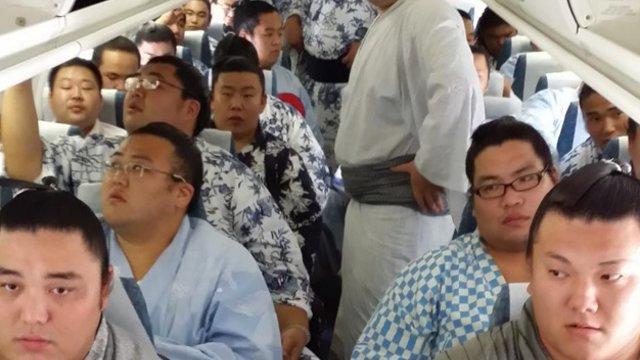 Sumo-Ringer im Flugzeug