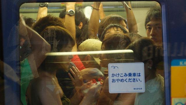 Der lästige Nachbar im Zug