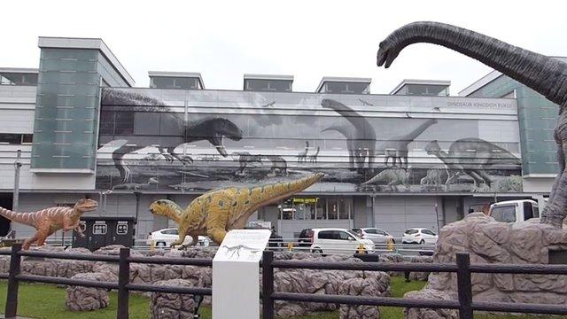Jurassic Park vor dem Bahnhof