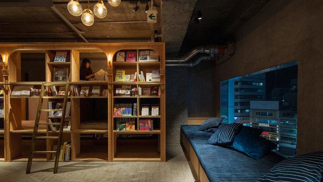 Schlafen zwischen Bücherregalen