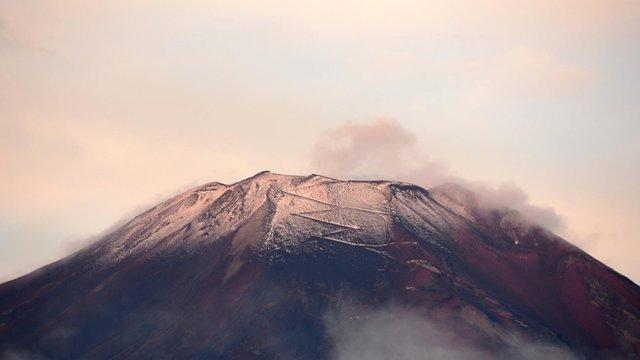 Der erste Schnee auf dem Fuji-Gipfel