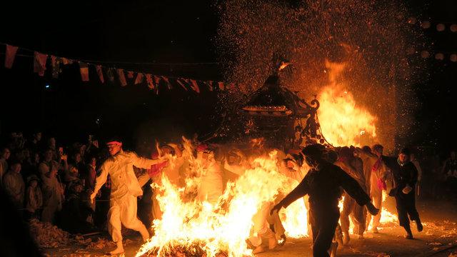 Durchs Feuer gehen: Das Feuerfestival von Bikuni