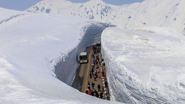 Die riesige Schneewand von Tateyama im japanischen Frühling