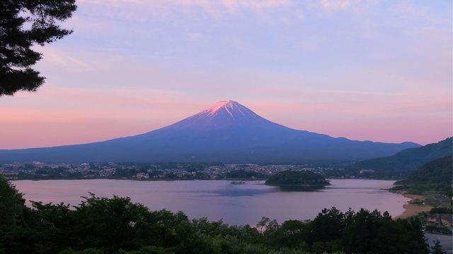 Mit dem neuen Expresszug von Tokio direkt zum Fuji