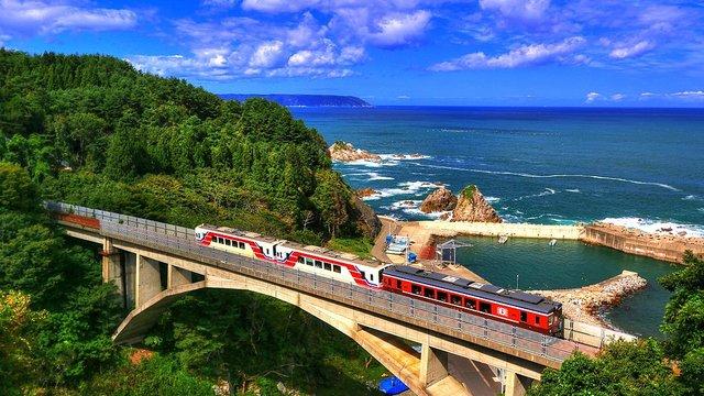 Rias-Linie: Eine Zugfahrt mit Blick aufs Meer