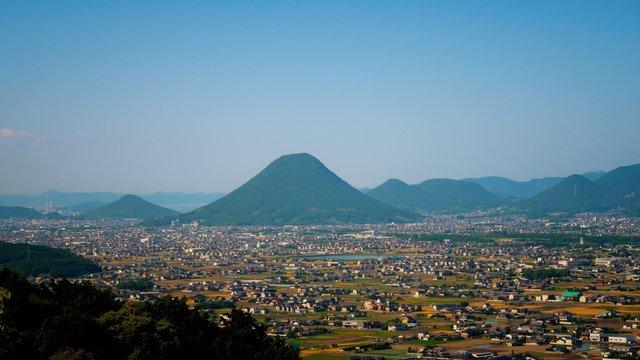 Mini-Pub, Mini-Fuji und ein Schrein: Eine Fahrt mit der Kotoden-Bahn