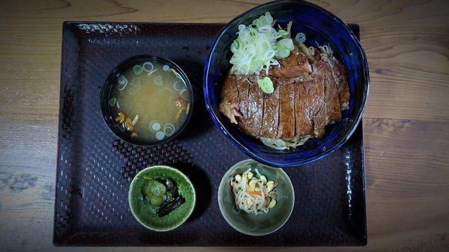 Wagyū auf Reis, Osakas Brückenspringer, Japans Baderegeln und Retro-Bahnhöfe