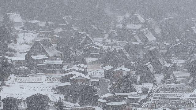 Shirakawago: Ein Bergdorf im Schnee