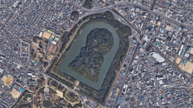 Über Osakas Hügelgräbern schweben