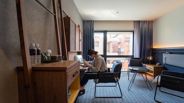 Ein Hotelzimmer ohne Bett