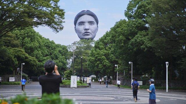 Das schwebende Gesicht über Tokio