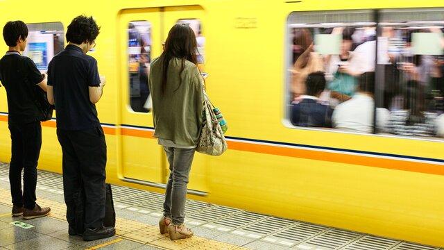 Wie man in Tokios Metro überfüllte Wagen meidet